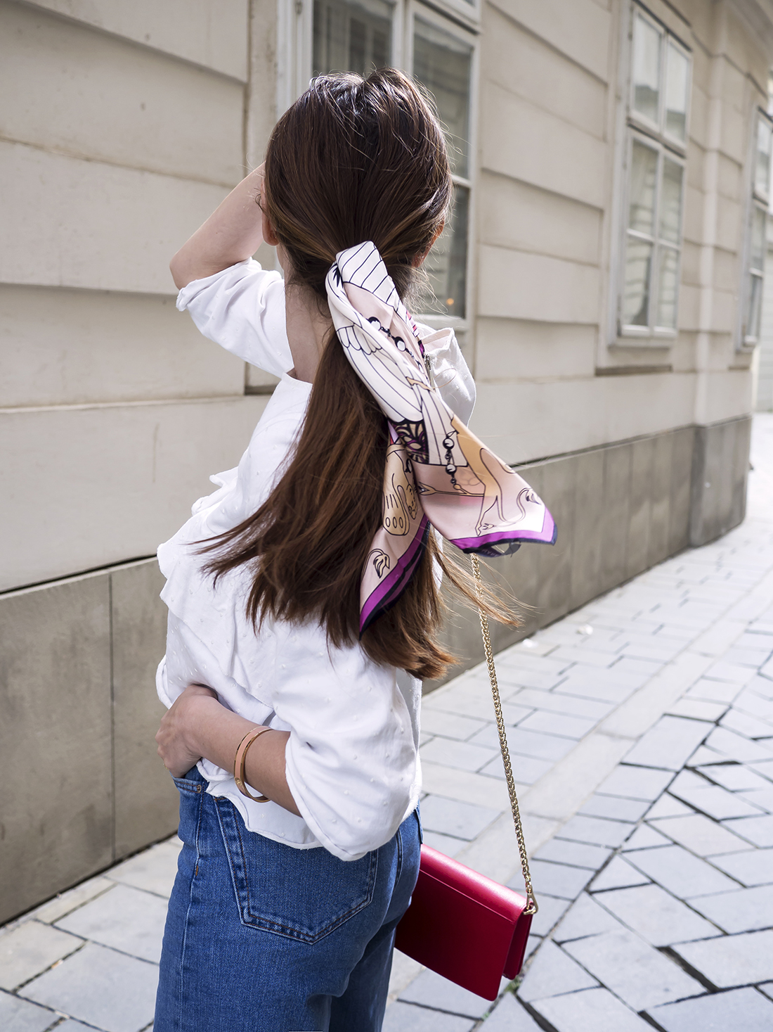 Hodvábna šatka vo vlasoch