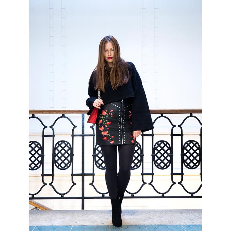 kožená sukňa s vyšívaným vzorom