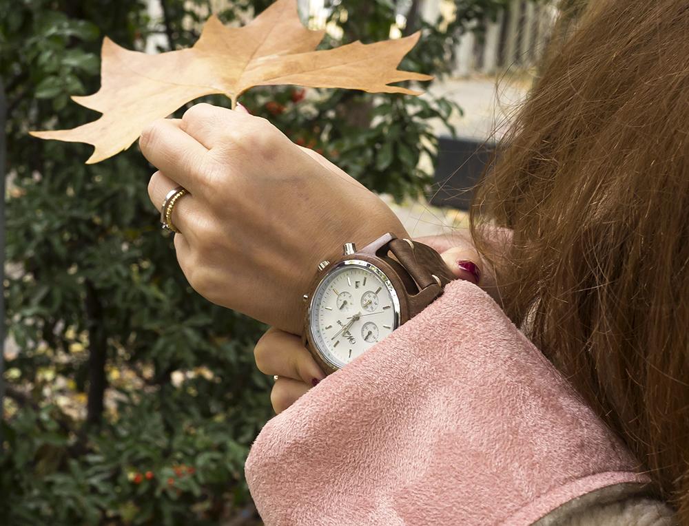 Pánske hodinky na ženskej ruke